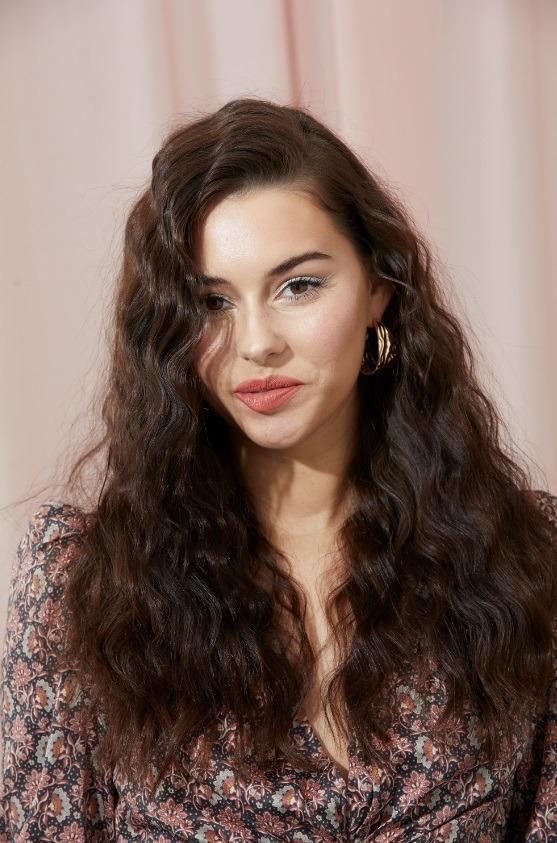 Femme aux longs cheveux bruns ondulés