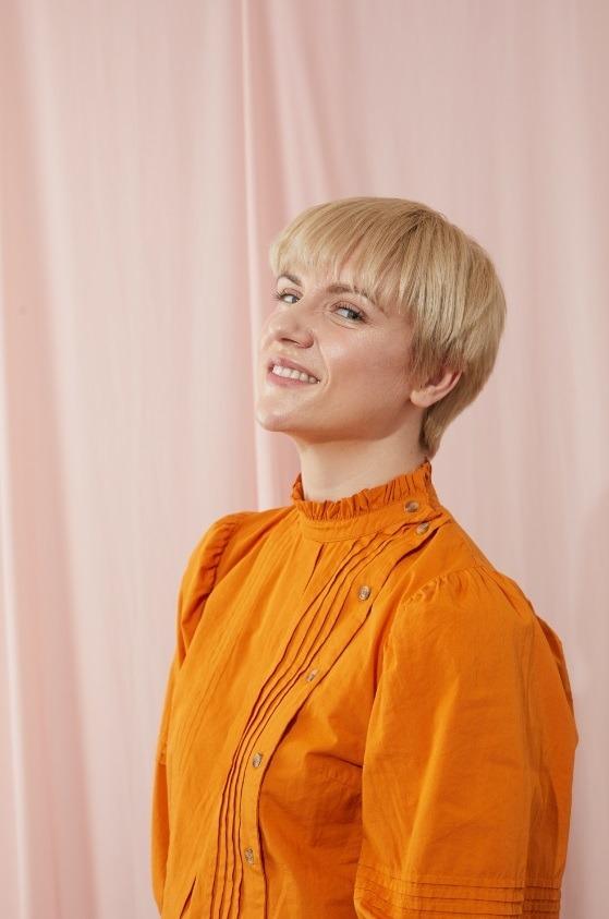 Modèle blond avec un lutin coupé avec une frange droite