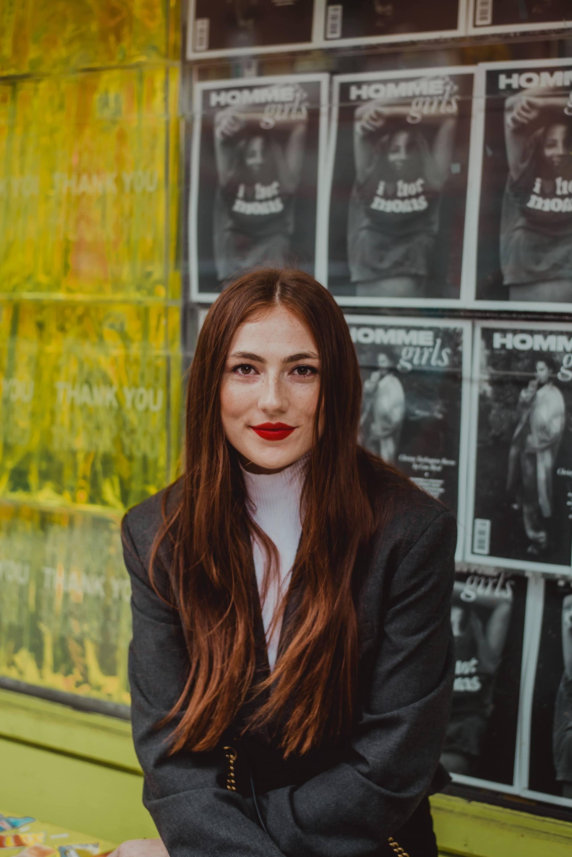 Femme aux cheveux longs et épais de couleur brun-rougeâtre avec de longues couches