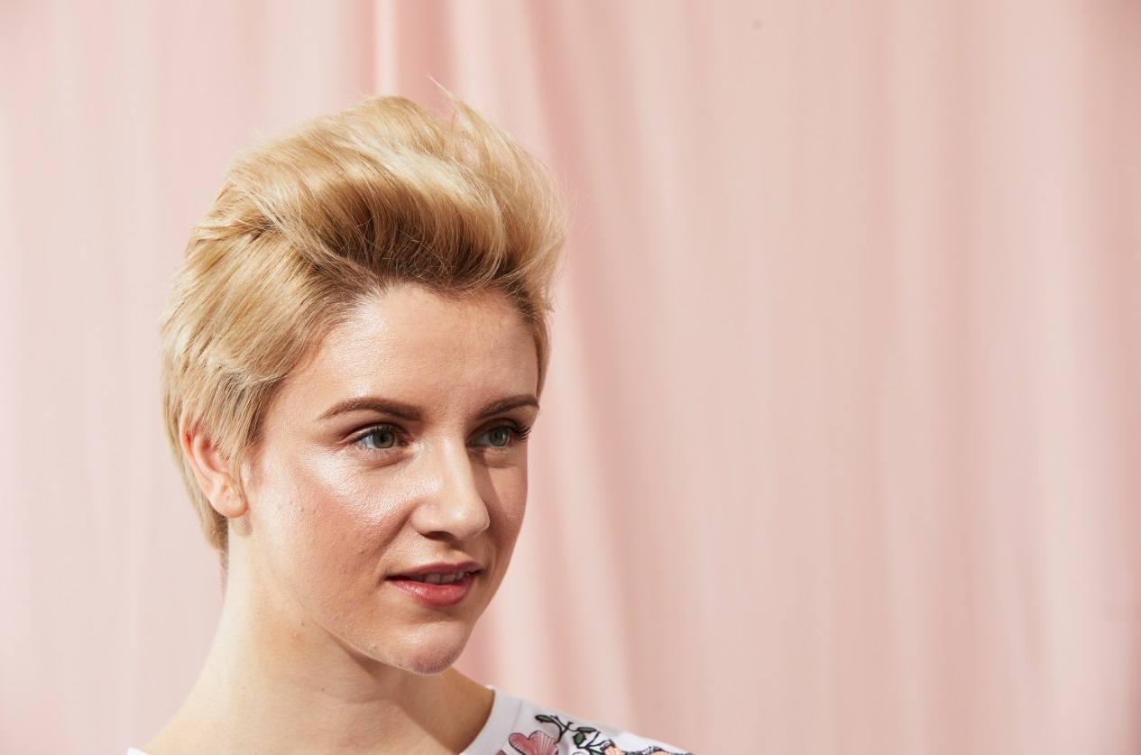 Modèle blond avec une coupe de lutin stylisée en mohawk