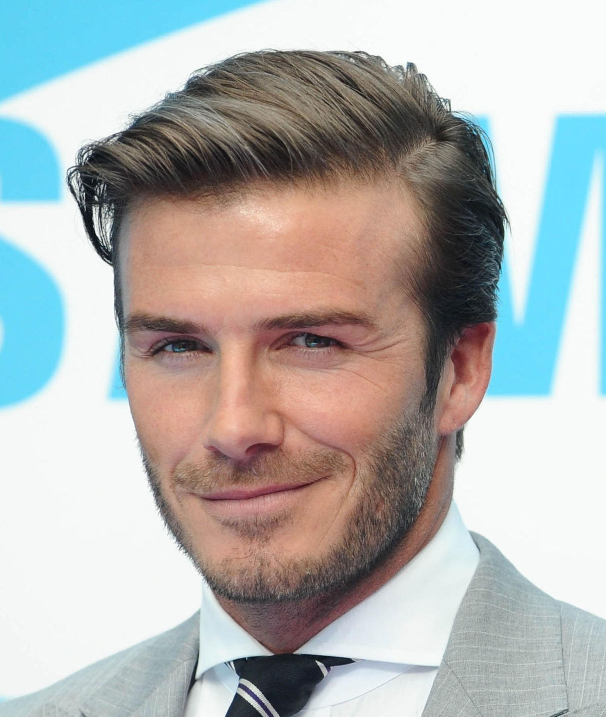 David Beckham avec une coupe de cheveux pompadour à séparation latérale