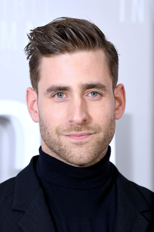 Oliver Jackson-Cohen avec une coupe de cheveux pompadour sur le côté