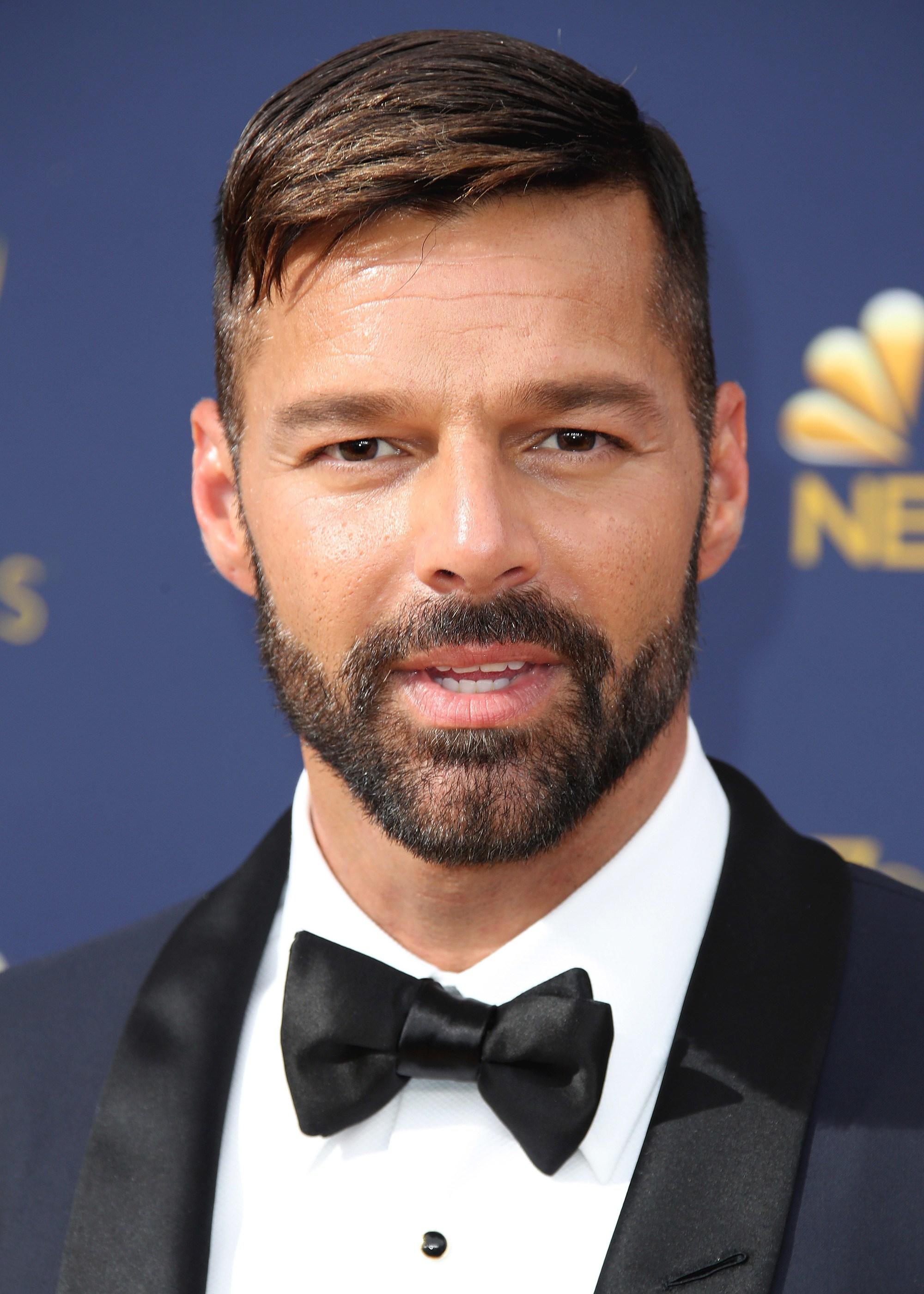 Coiffures pour le recul de la ligne des cheveux : Gros plan de Ricky Martin avec un peigne court aux côtés plus courts et des poils sur le visage