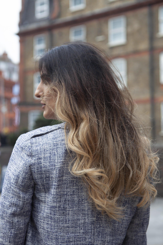 Femme aux cheveux châtain foncé et aux mèches brunes de balayage
