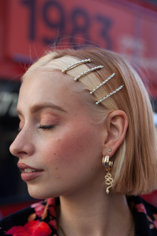 Femme au gingembre court bob chunky visage blond encadrant les points forts