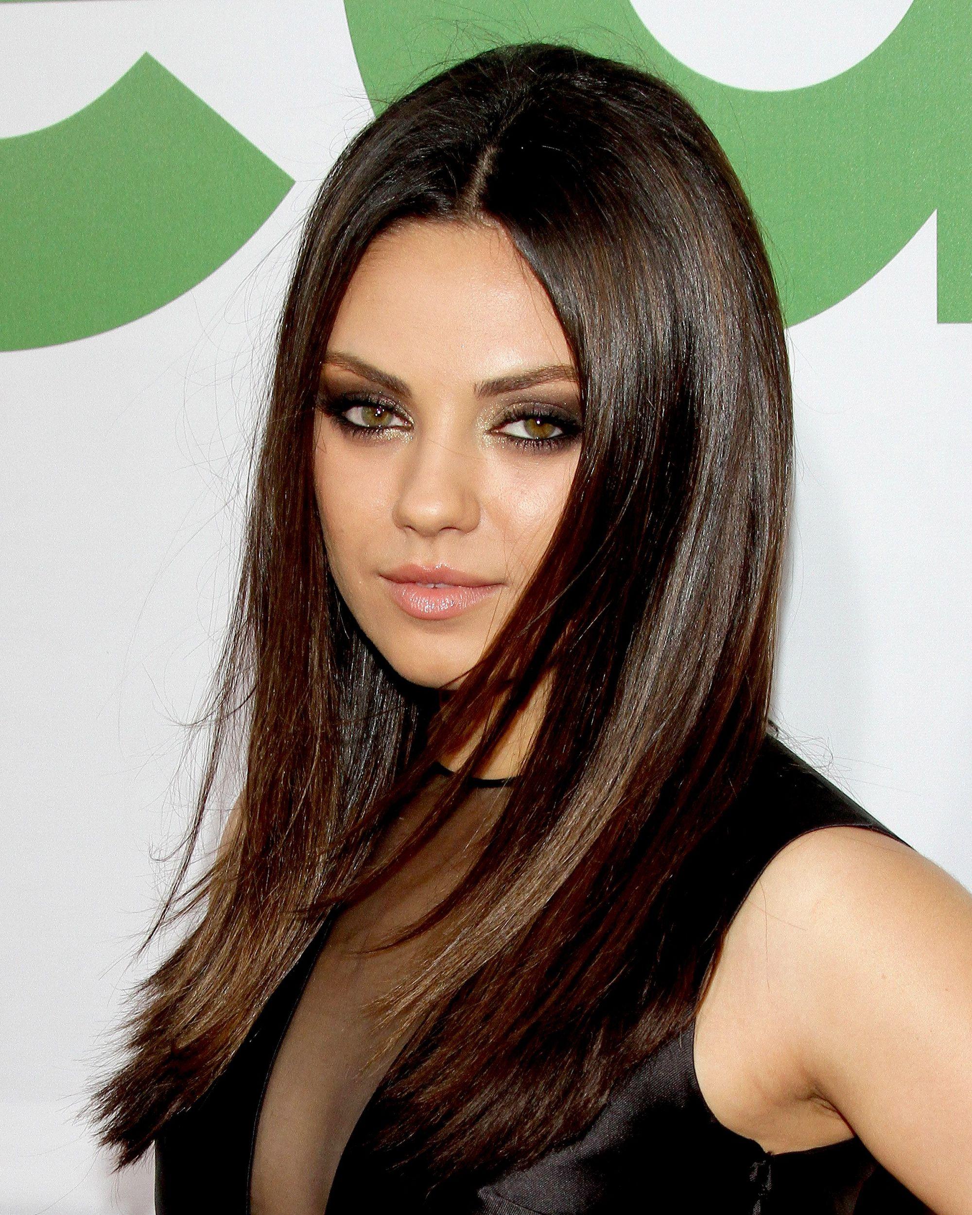 l'actrice mila kunis avec de longs cheveux noirs et raides à longues épaisseurs