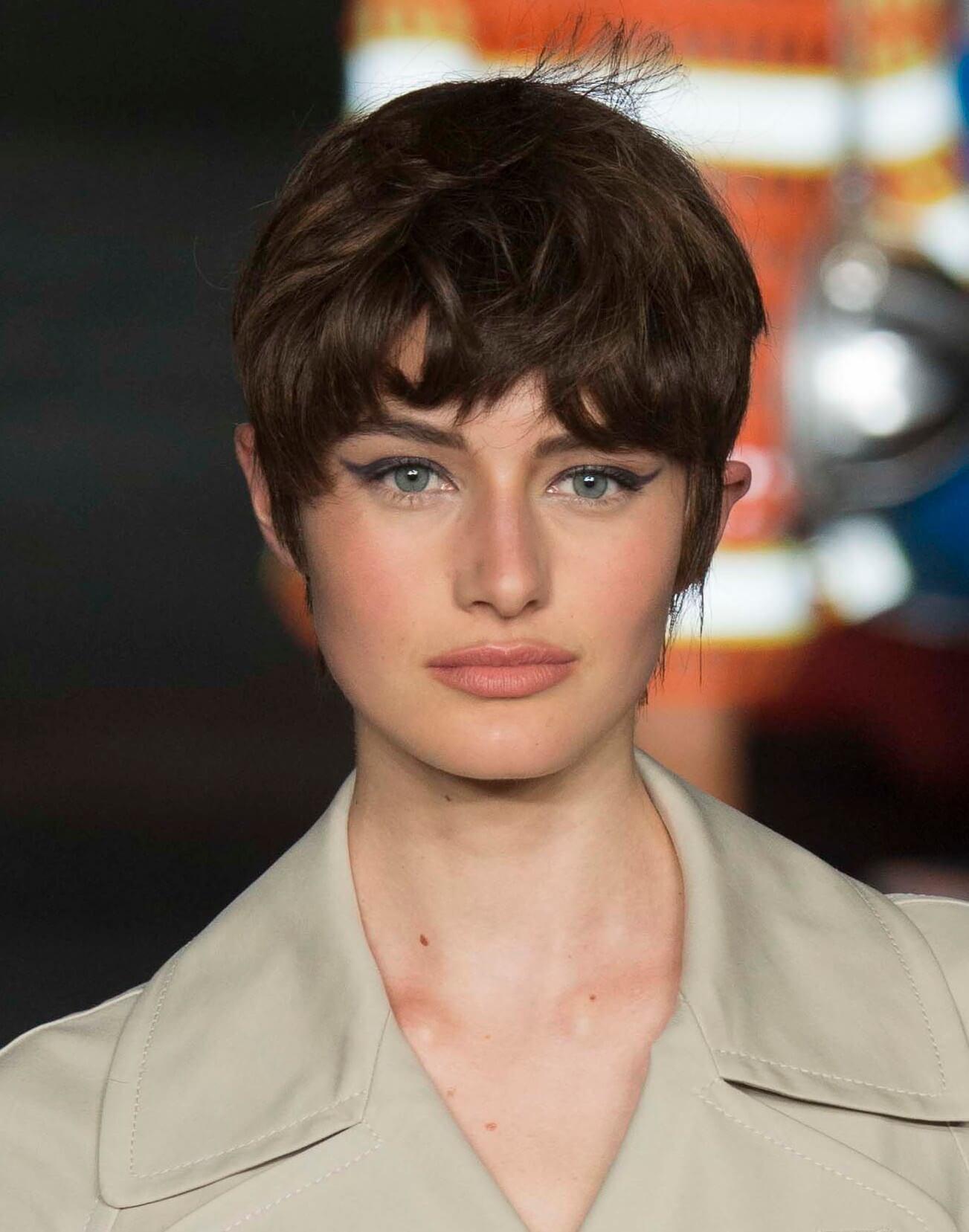 Des coiffures de lutins sombres pour des visages ronds