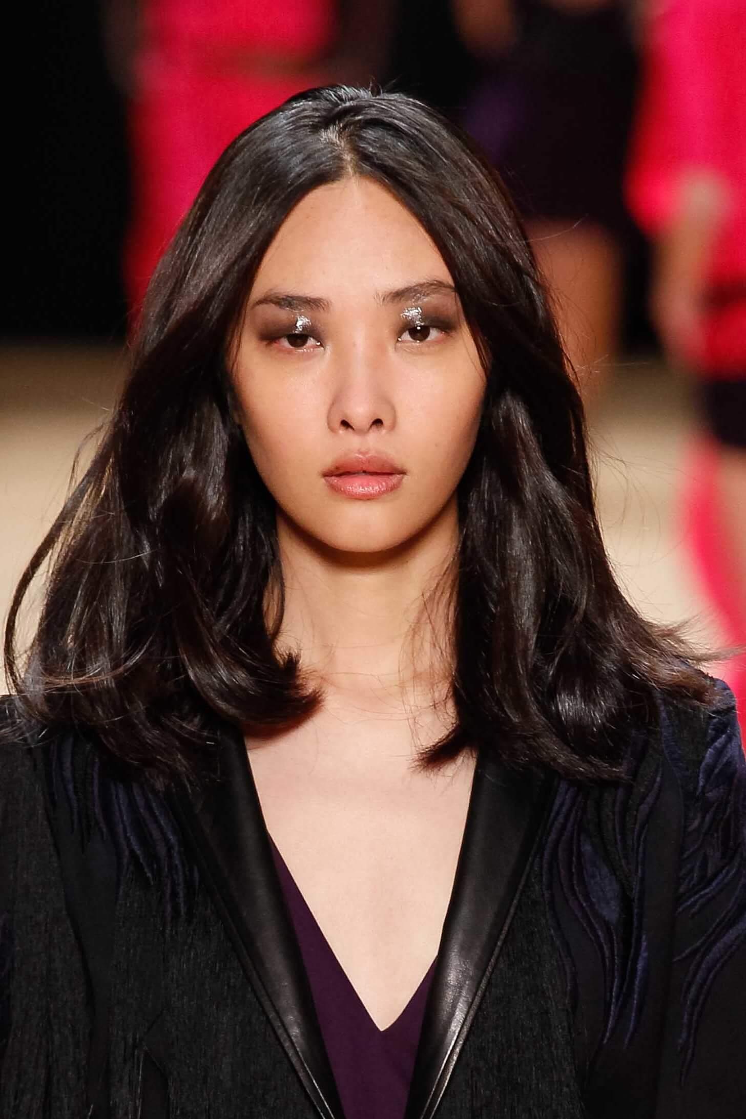 Femme asiatique avec une volumineuse coiffure de bobsleigh pour les visages ronds