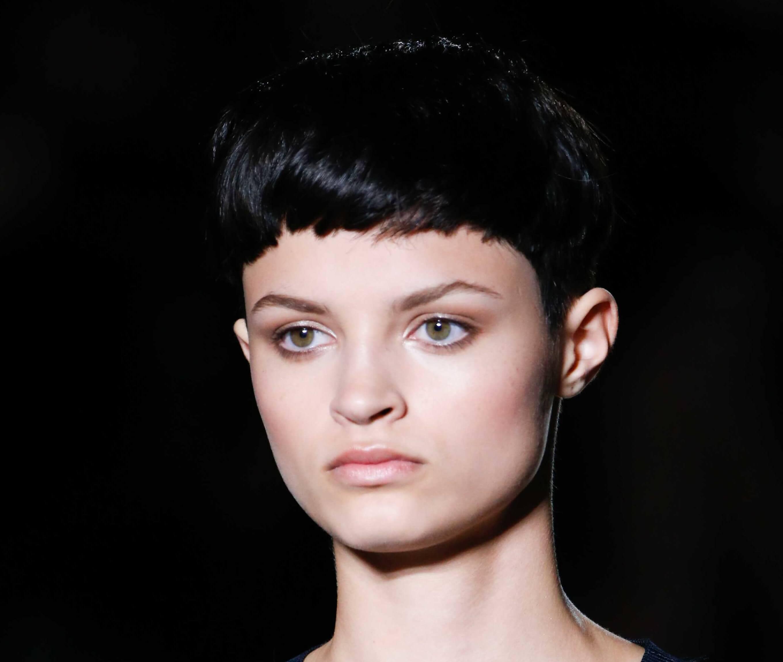 Des coiffures pour des visages ronds : Femme brune avec un petit lutin noir taillé en boule