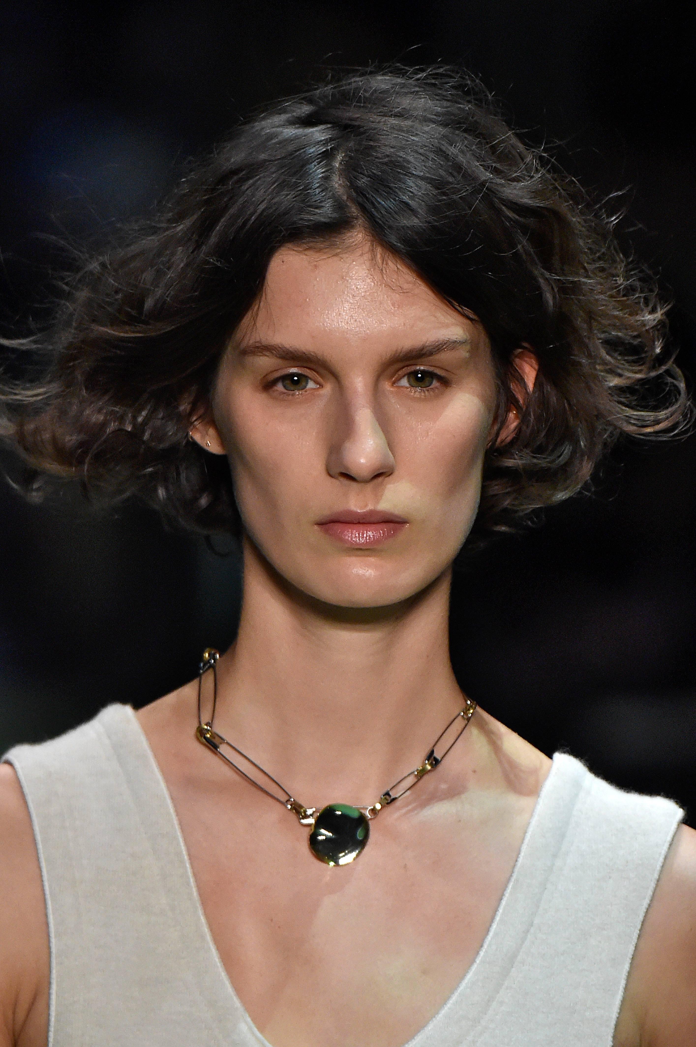femme brune avec un bob court meilleure coupe de cheveux pour les visages ronds
