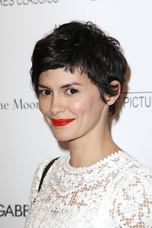 Idées de coupes de cheveux pour les visages ronds : Audrey Tautou avec un lutin désordonné coupé sur le tapis rouge