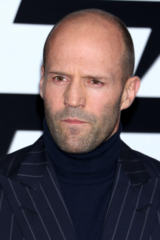 Coiffures pour le recul de la ligne des cheveux : Gros plan de Jason Statham avec le crâne rasé et la barbe