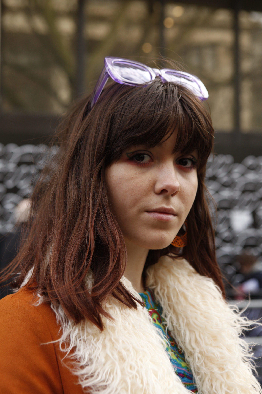 Femme brune avec une frange complète