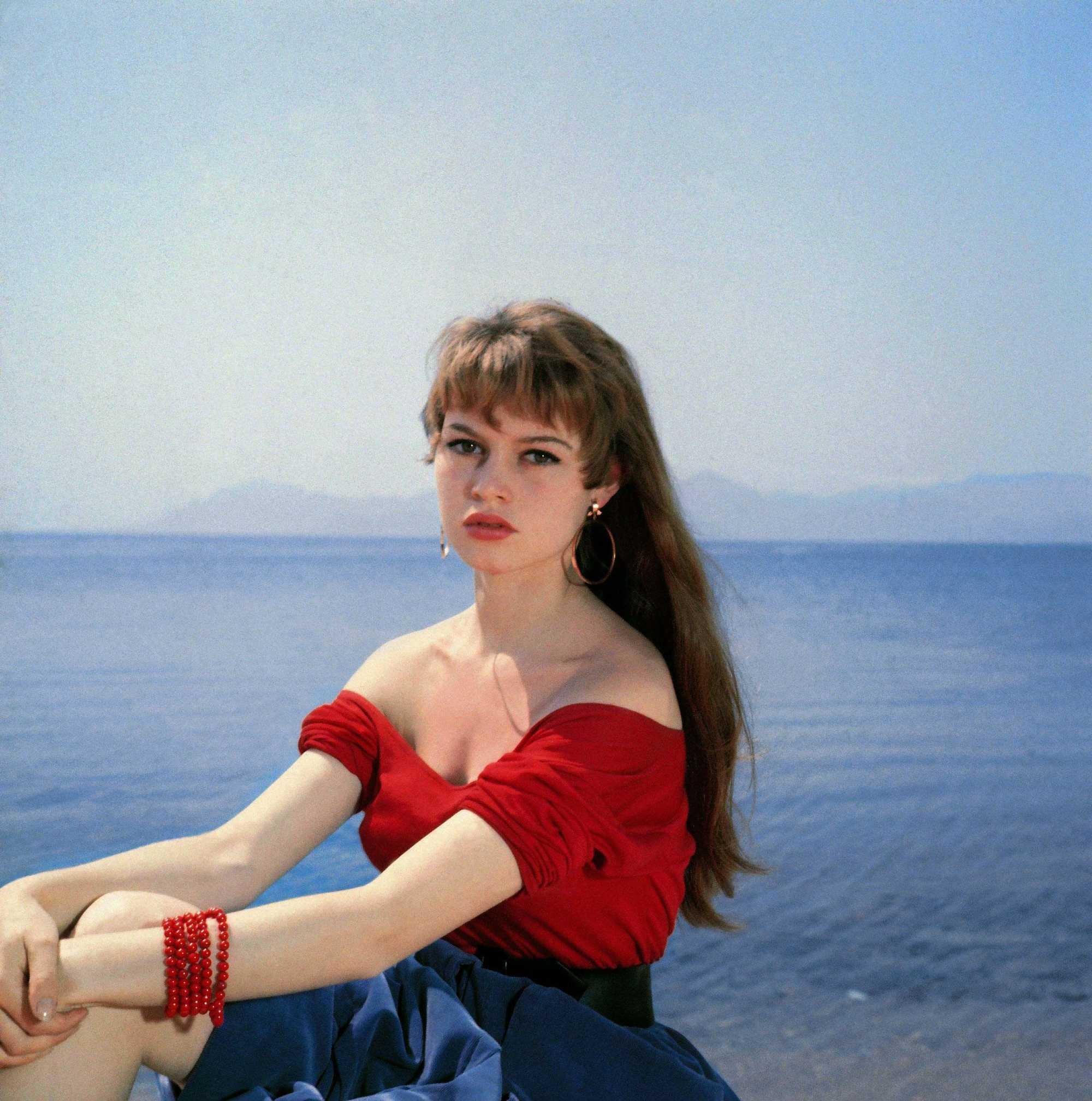 jeune actrice française brigitte bardot aux longs cheveux bruns avec une frange