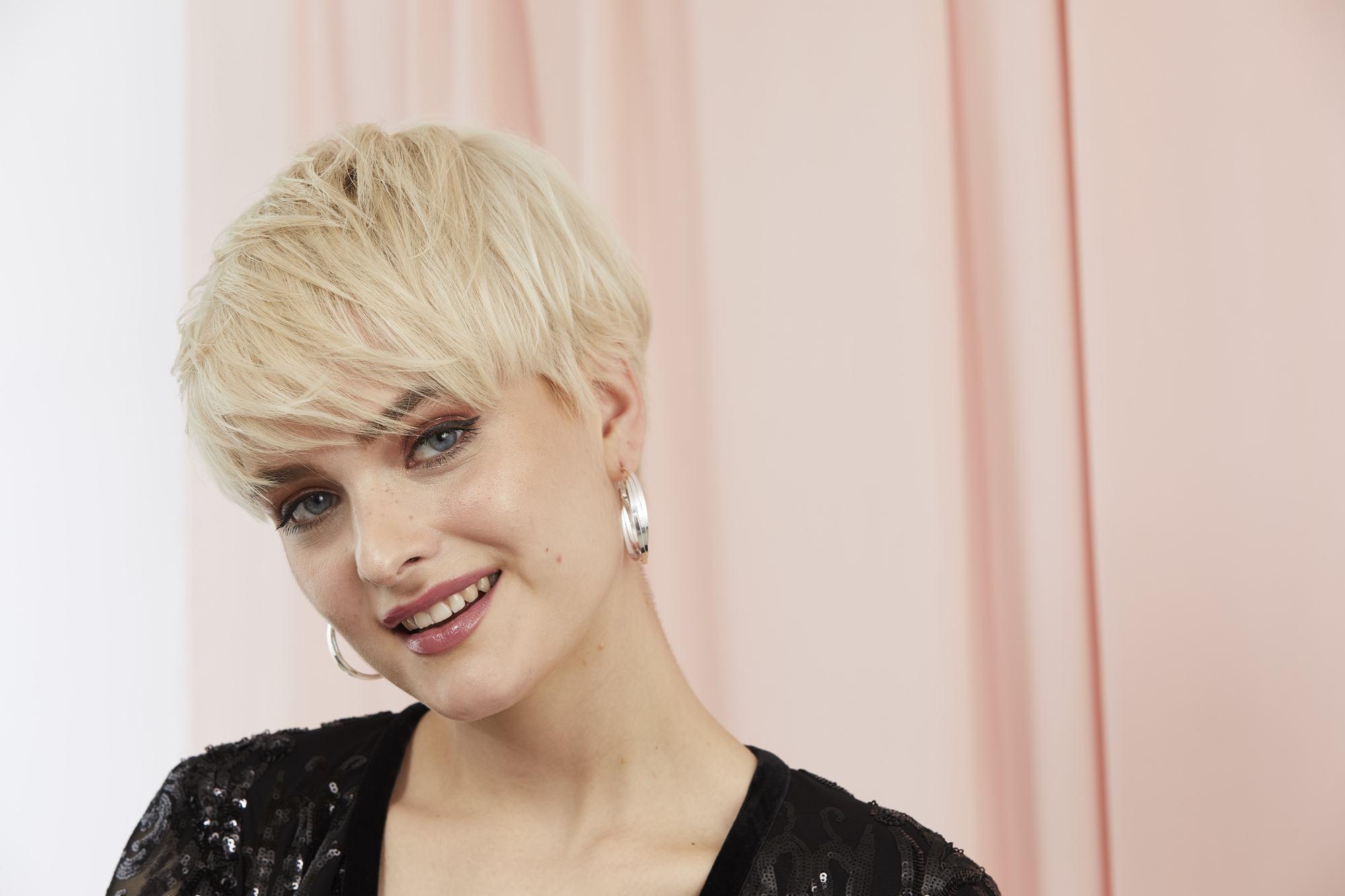 femme avec une longue coupe de lutin blonde