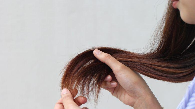 Femme tenant sa chevelure abîmée et fourchue