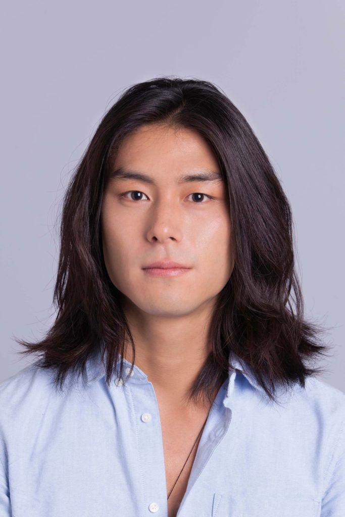 Un homme asiatique, un petit pain : Modèle masculin asiatique aux cheveux longs aux épaules