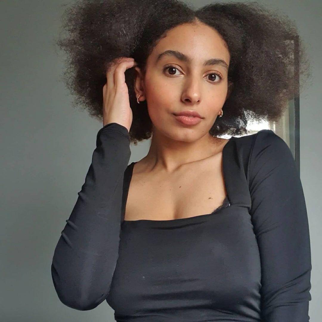 Femme aux cheveux bruns naturels