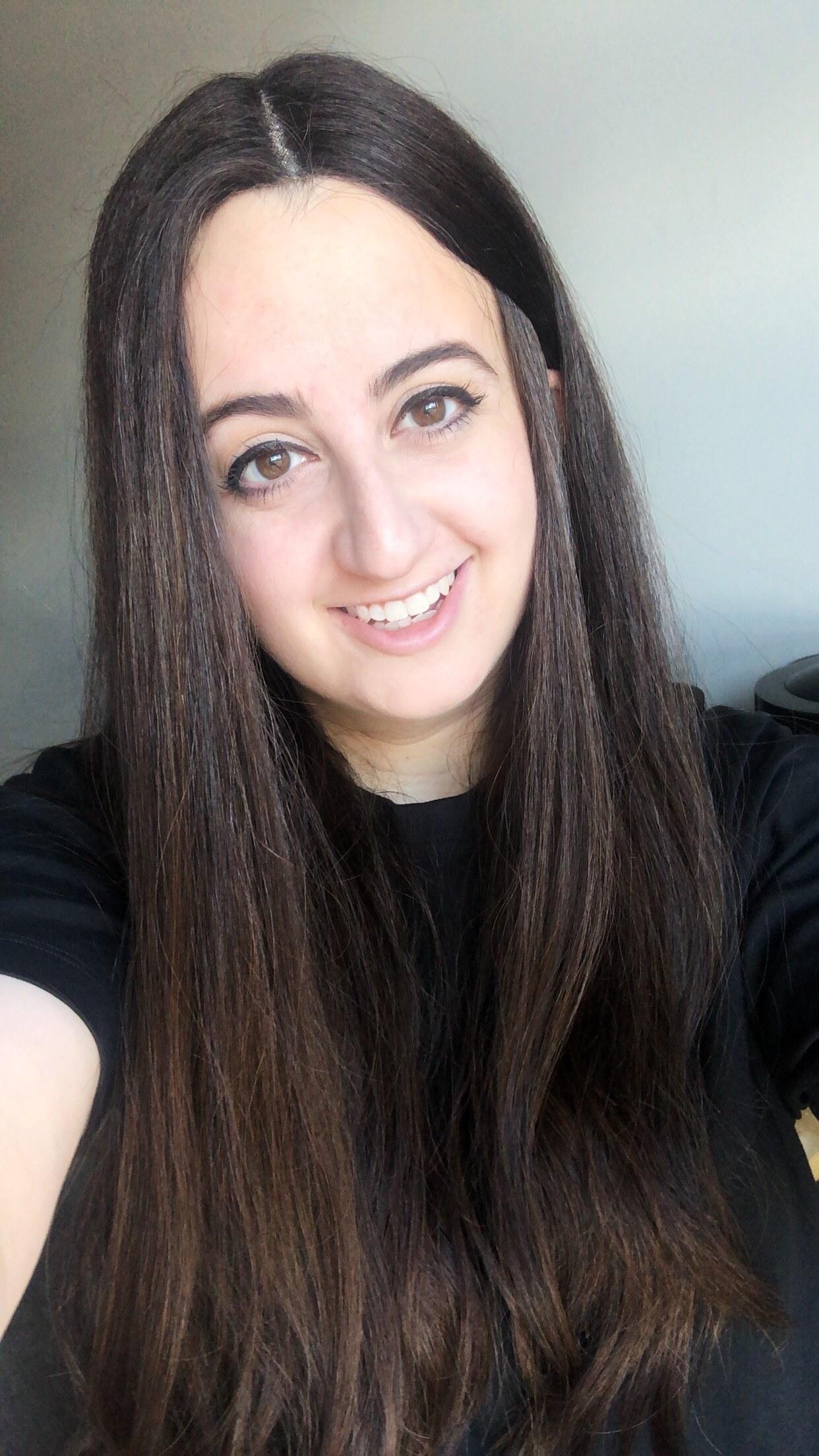 femme aux longs cheveux bruns en raie centrale