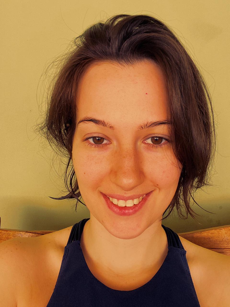 femme aux cheveux bruns courts et ondulés