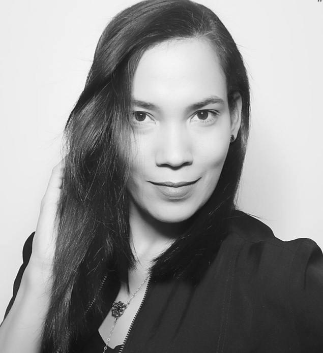 image en noir et blanc d'une femme aux cheveux raides de longueur moyenne