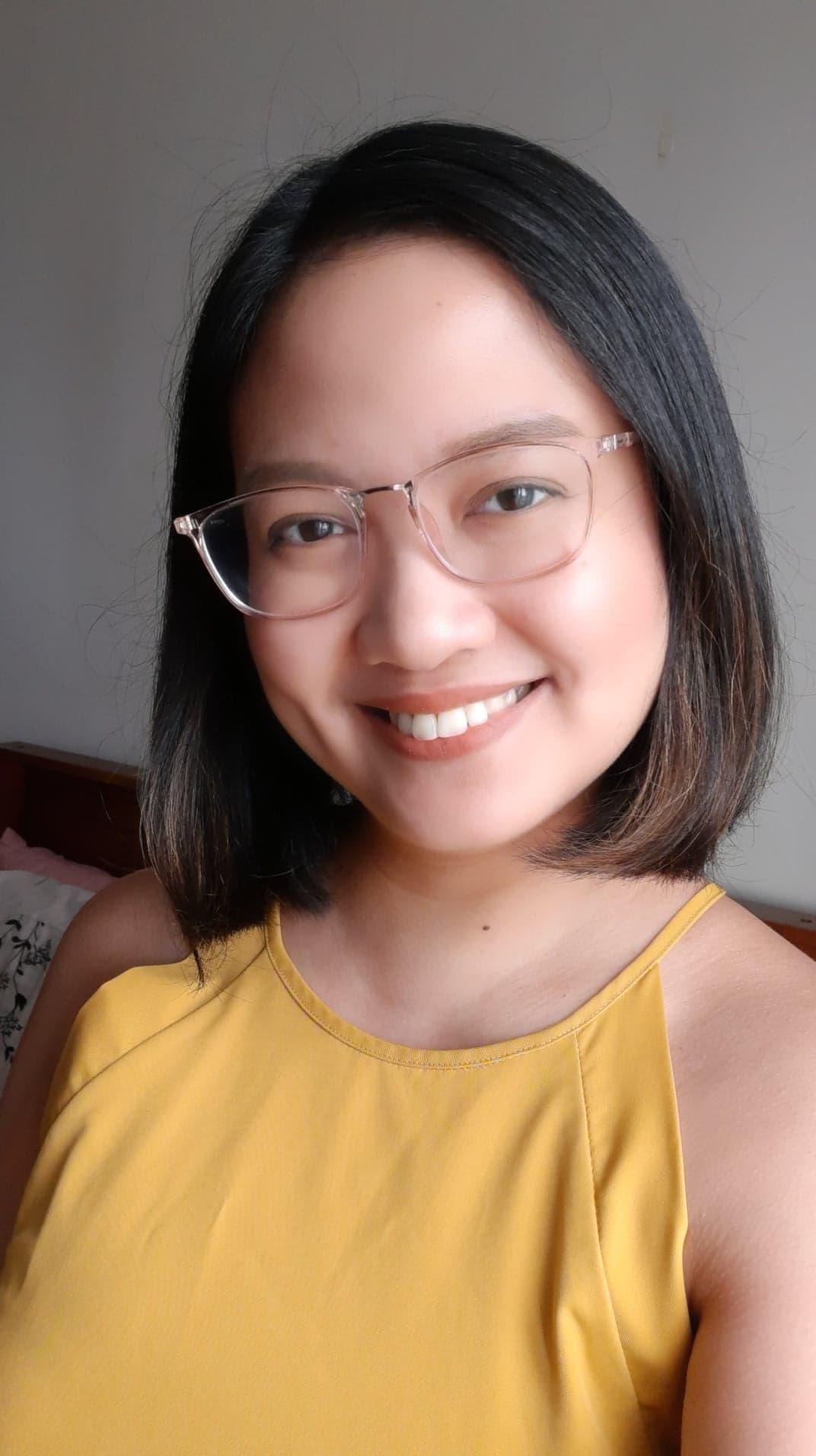 femme avec une coupe de cheveux courte