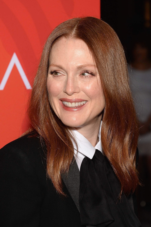julianne moore ronze cheveux roux brun longueur moyenne portant une chemise blanche et un blazer noir
