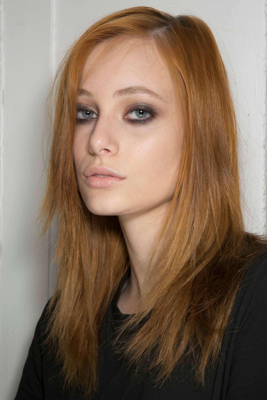 modèle avec des cheveux mi-longs lisses au gingembre en écartement