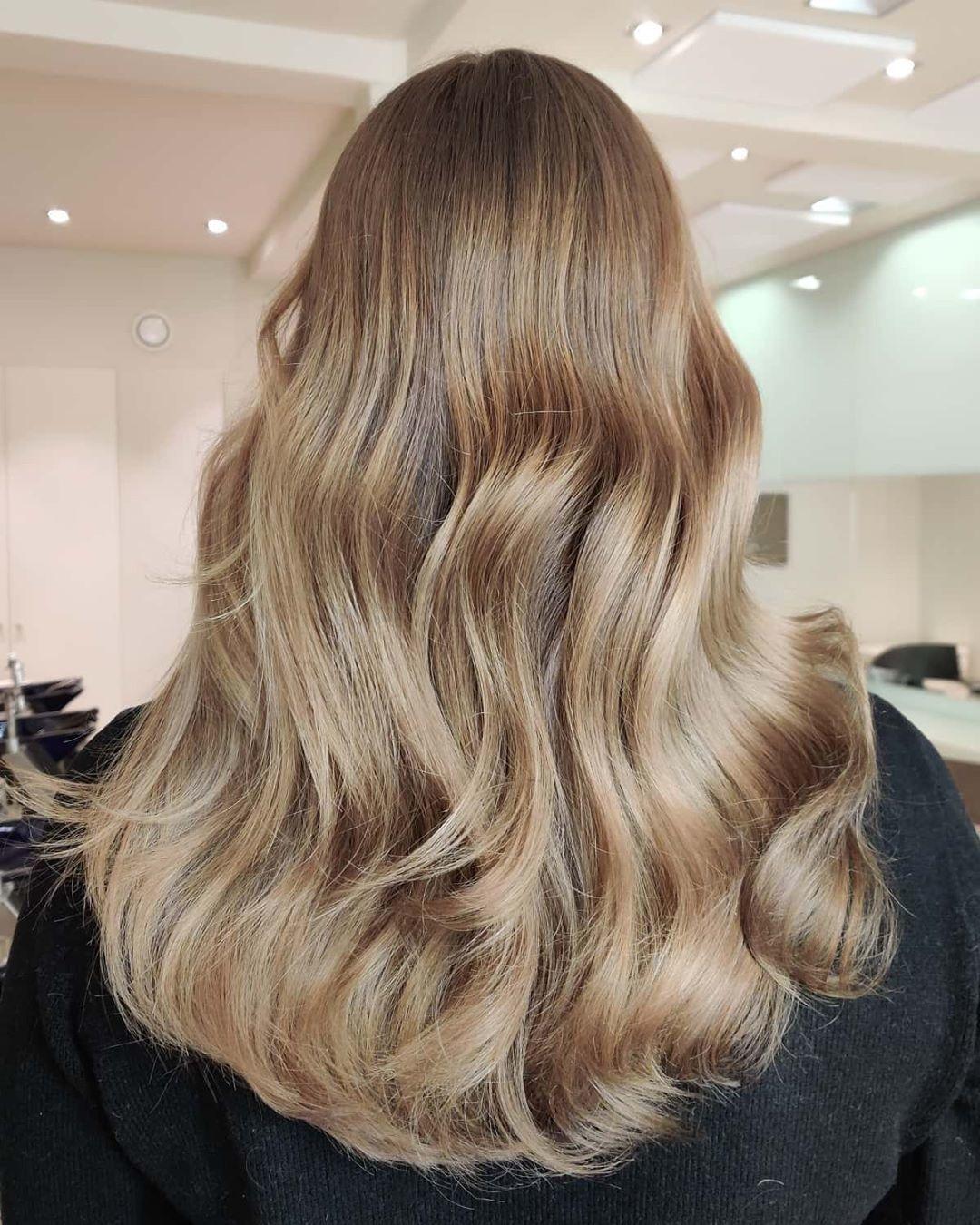 Femme aux longs cheveux caramel brun clair