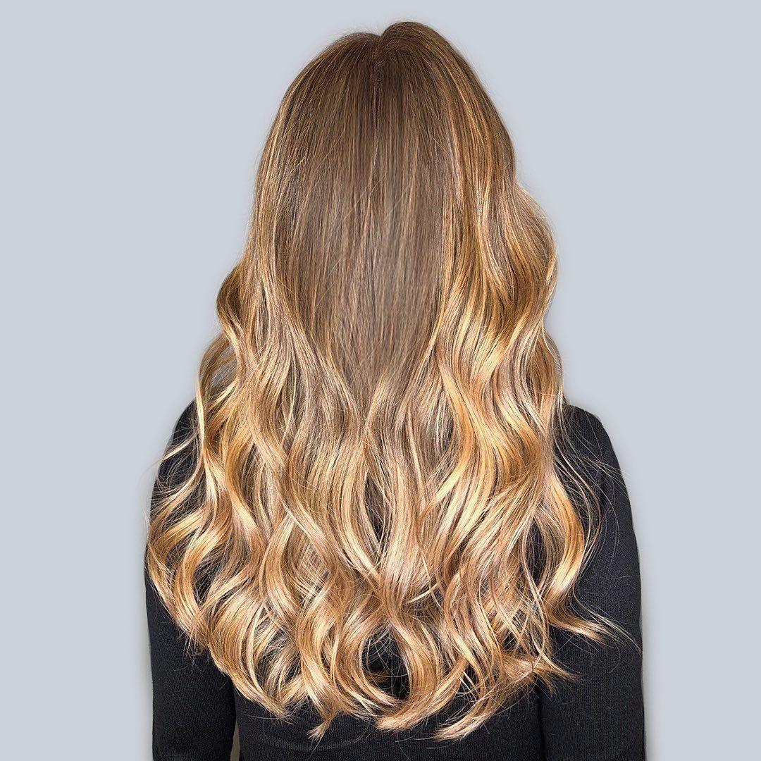 Femme aux longs cheveux blonds caramélisés