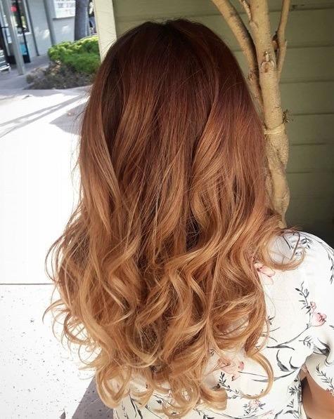 Les points forts du caramel : Cheveux bouclés à longueur d'épaule, de rouge foncé à caramel ombre