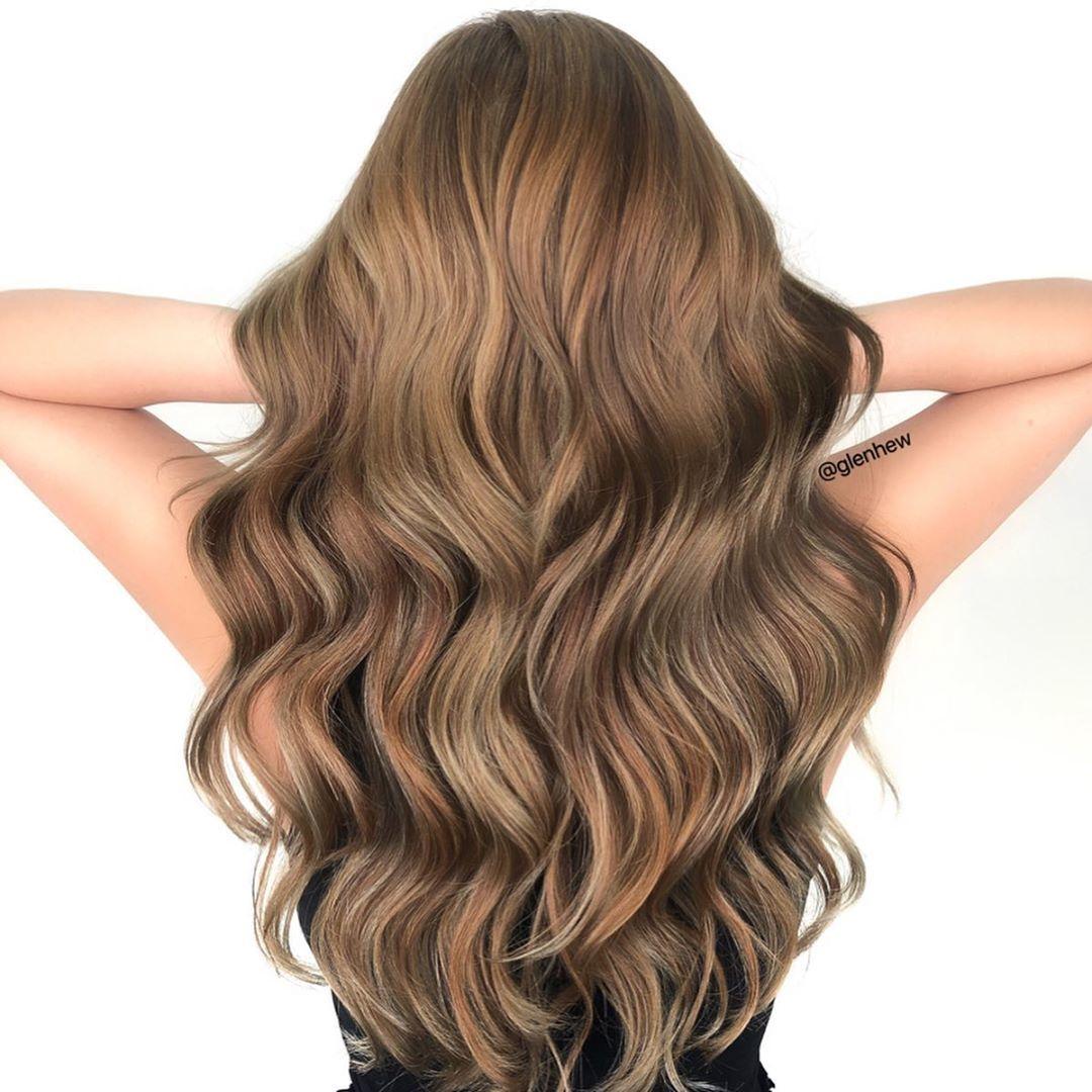 Femme aux longs cheveux bruns caramel