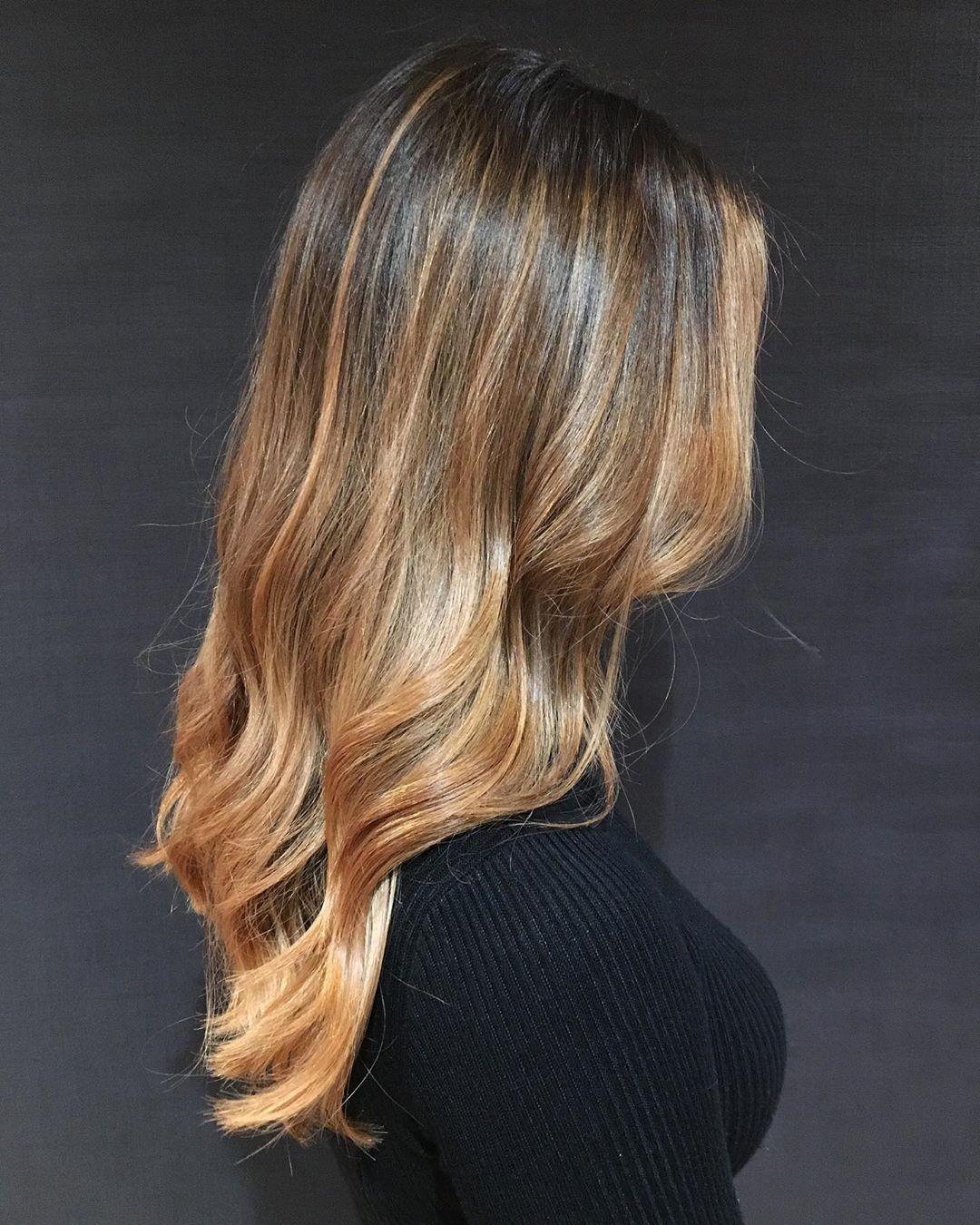 Femme aux cheveux d'ombre caramel