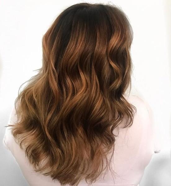 Les points forts du caramel : Gros plan sur la couleur caramel ondulée qui fait fondre les cheveux