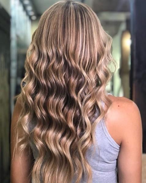 Les points forts du caramel : Longs cheveux bouclés de couleur caramel clair