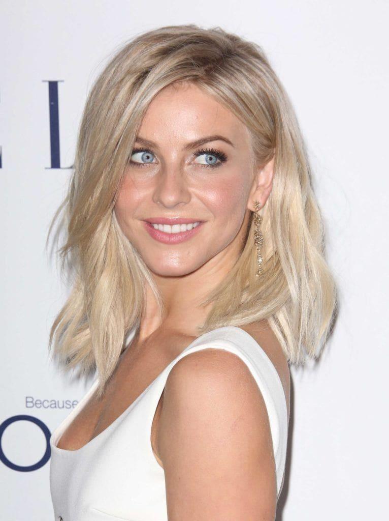 Nuances de cheveux blonds : Julianne Hough, cheveux blonds clairs ondulés à la longueur des épaules, portant une robe blanche sans manches
