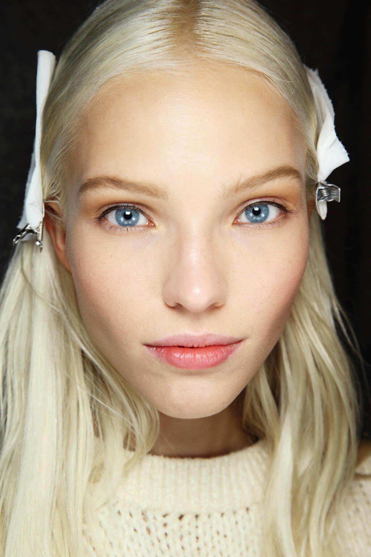 Nuances de cheveux blonds : Femme aux cheveux blonds blancs raides portant des pinces à cheveux.