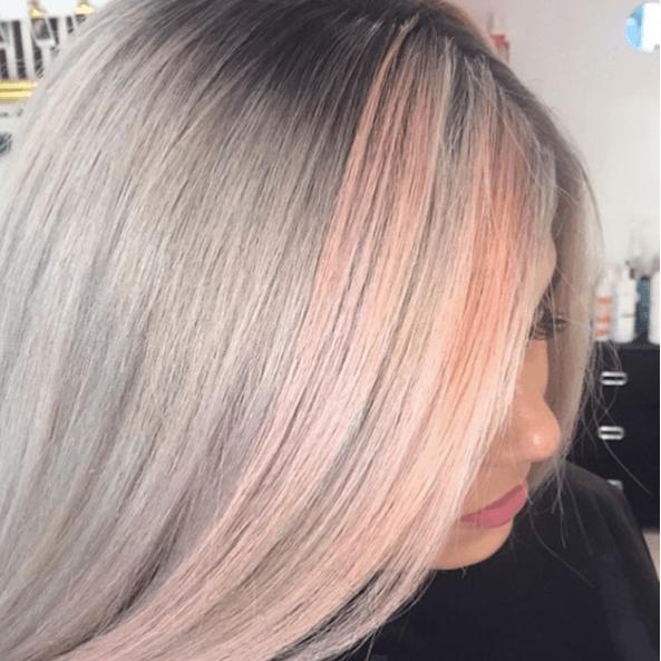 Nuances de cheveux blonds : Femme aux cheveux gris et rose pastel.