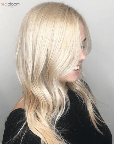 vue de côté d'une femme aux cheveux blond platine doré