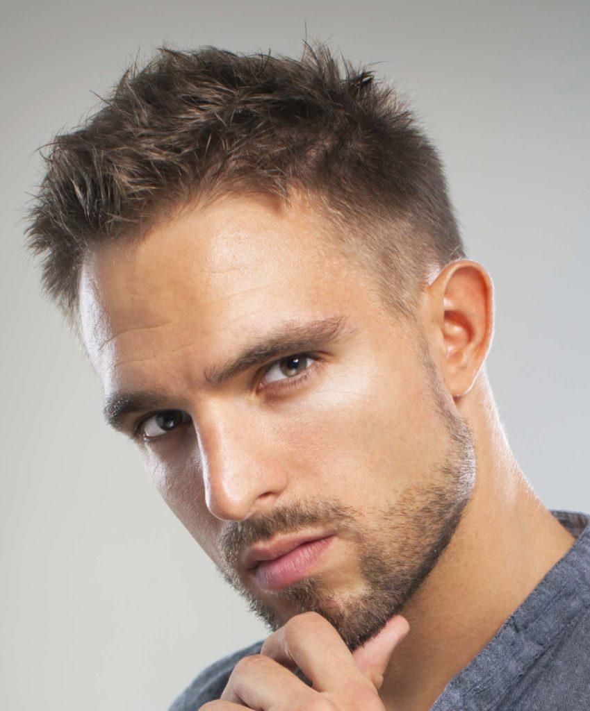 vue de face d'un homme aux cheveux blonds et à la coupe courte au rasoir