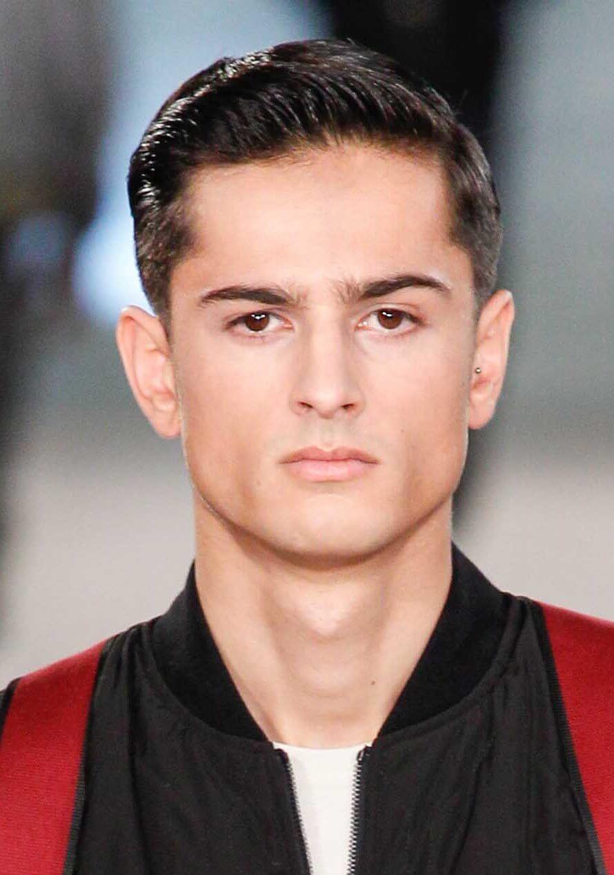 vue de face image d'un homme aux cheveux foncés une mini coiffure de touffe