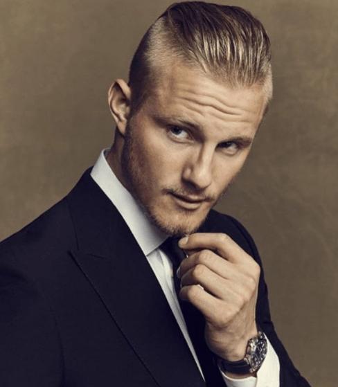 Alexander Ludwig avec des cheveux blonds courts et un coiffeur