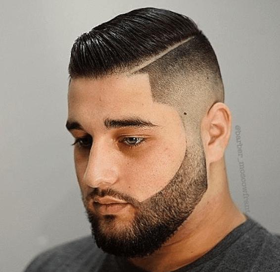 homme aux cheveux noirs, rasé sur les côtés et coiffé sur le dessus