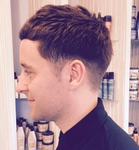 Coiffures pour hommes aux cheveux fins : Homme aux cheveux courts coupés avec décoloration.