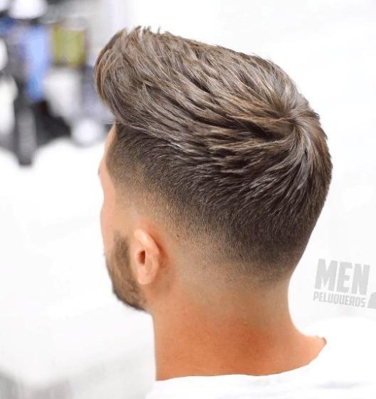 Coiffures pour hommes aux cheveux fins : Homme avec une coiffure de pointe sur cheveux bruns.