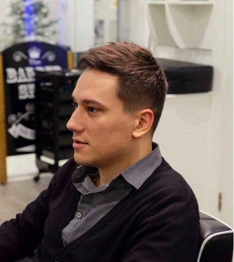 Coiffures pour cheveux fins et bouclés : Homme aux cheveux bruns courts et texturés, séchés au séchoir