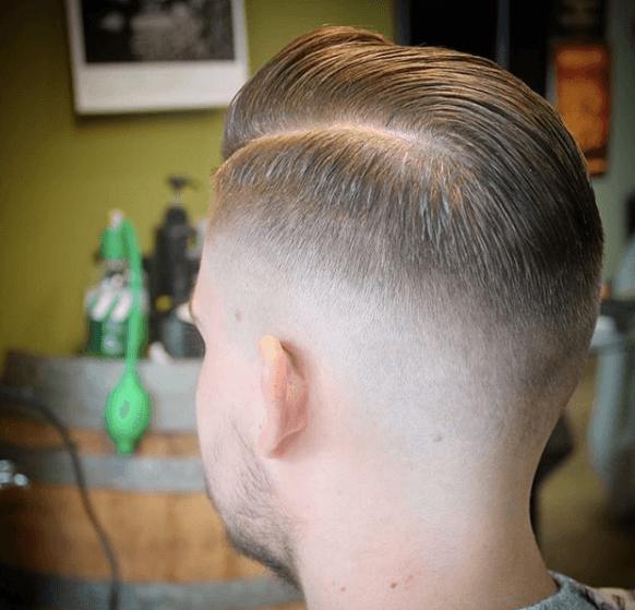 vue de dos d'un homme aux cheveux courts et au peigne