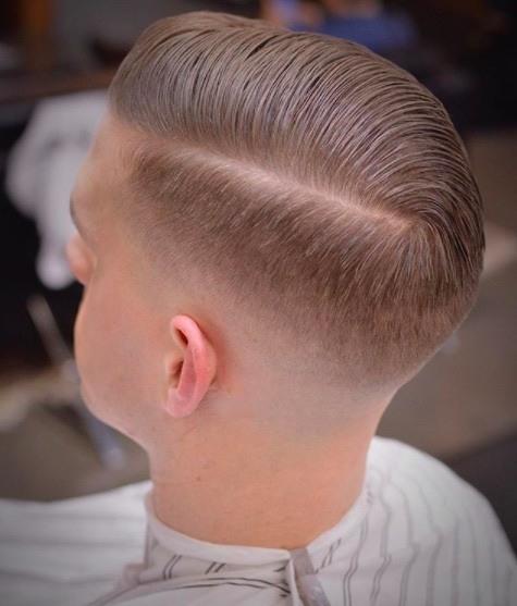 Coiffures pour hommes aux cheveux fins : Homme aux cheveux blonds avec une partie latérale profonde à peigner
