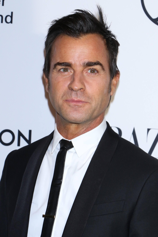 Coiffures pour hommes aux cheveux fins : Justin Theroux en costume et cravate noire avec une coupe de cheveux courts