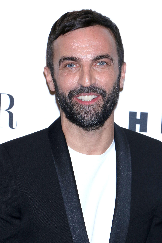 Coiffures pour hommes aux cheveux fins : Nicolas Ghesquiere avec des cheveux noirs courts et un peigne sur la coiffure.